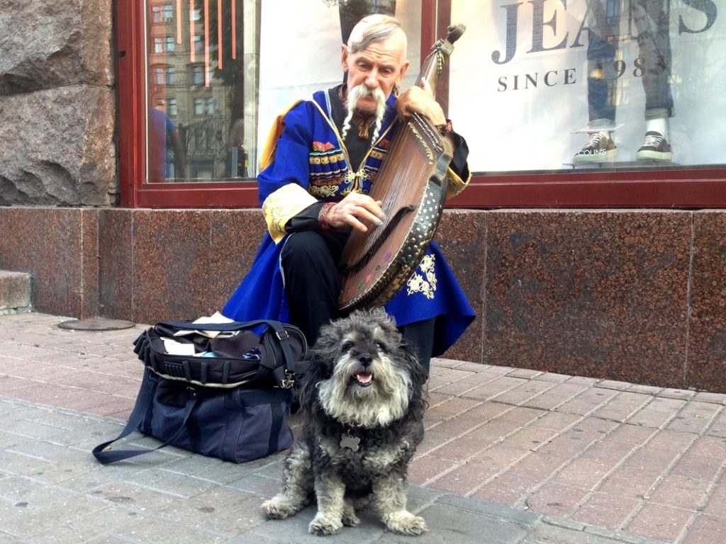 willie with a street musician in kiev